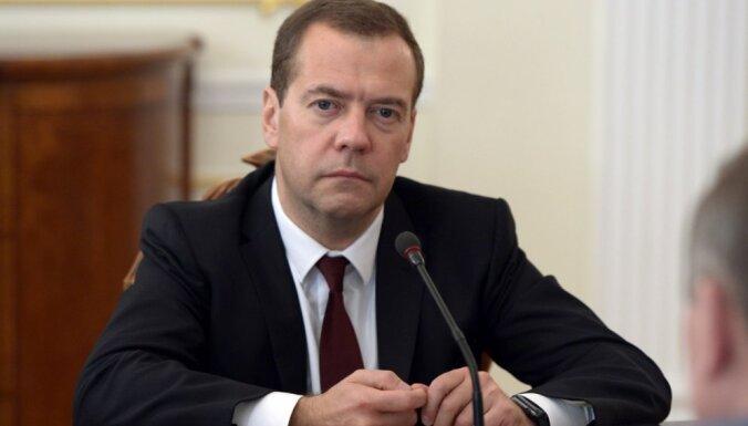 Медведев поручил рассмотреть ответные санкции против украинских авиакомпаний