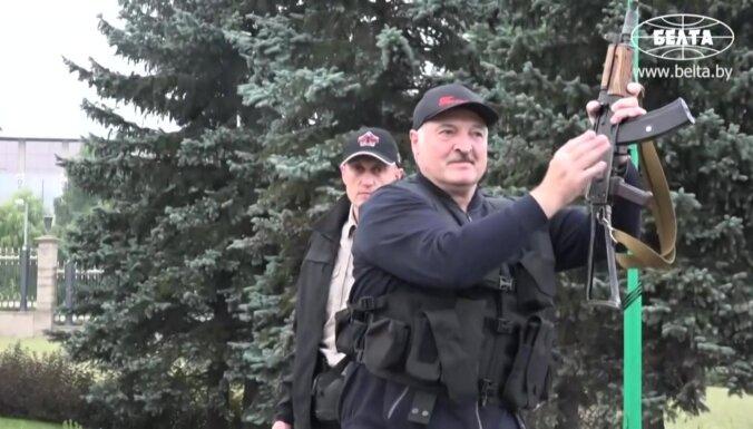 Foto: Lukašenko ar saīsināto kalašņikovu staigā pa Minsku