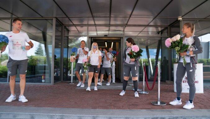 Foto: Vairāki Latvijas olimpieši atgriežas dzimtenē pēc startiem Tokijā