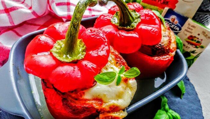Kārtām pildīta paprika ar malto gaļu, tomātiem un mocarellu