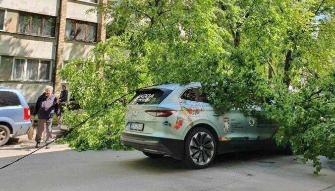 Foto: Hokeja čempionāta oficiālajam auto Rīgā uzkritis koks
