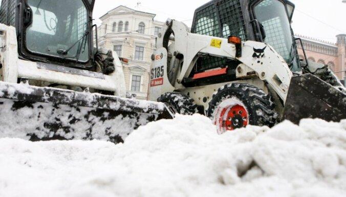Cīņai ar sniegu Rīgas centrā tiks veidota mobilā sniega tīrīšanas brigāde