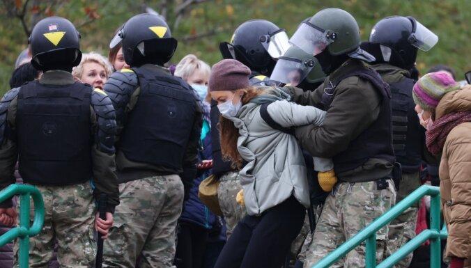 Video: Baltkrievijā vairāk nekā 1000 aizturēto; režīms likvidē piemiņas memoriālu Bondarenkam