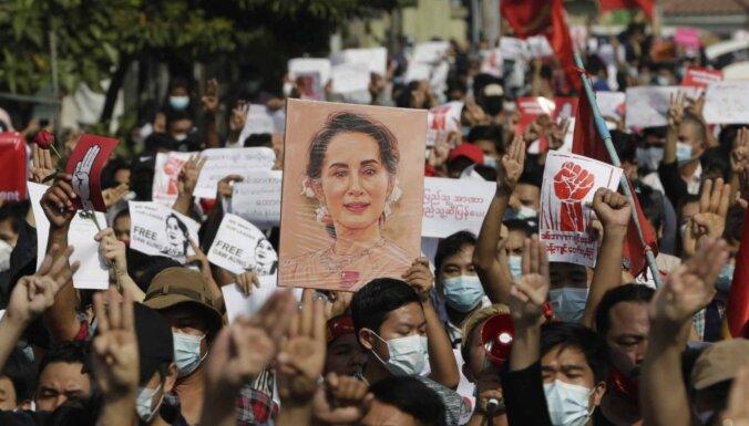Tūkstošiem cilvēku Mjanmā protestē pret armijas sarīkoto valsts apvērsumu