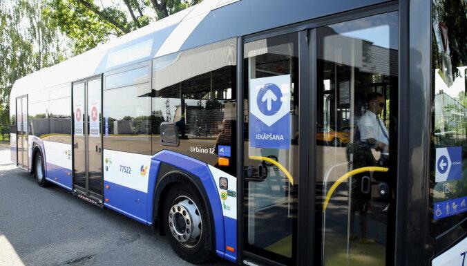 В Rīgas satiksme назвали автобусы, в которые можно будет войти только через передние двери