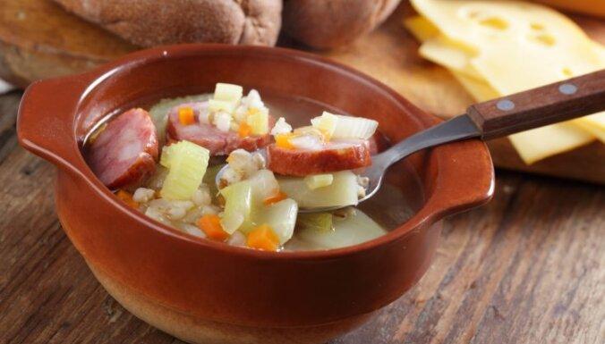 Суп с копчеными колбасками и перловкой