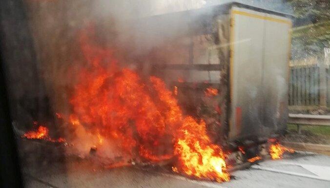 ФОТО. На шоссе Рига — Айнажи загорелся грузовик