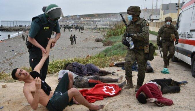 Spānijas Seutā vienā dienā ieradušies vismaz 6000 migrantu