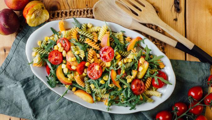 Makaronu salāti ar rukolu, tomātiem un nektarīniem