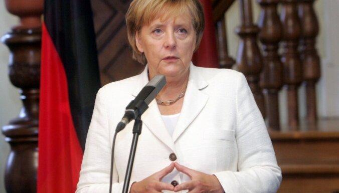 Lai nepieļautu eiro zonas sairšanu, Merkele mudina piešķirt EK lielākas pilnvaras