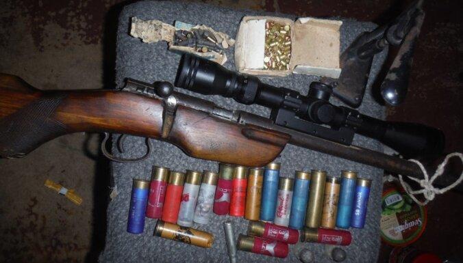Полиция изъяла у пенсионера ружье с оптическим прицелом и нелегальные сигареты