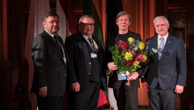 Normunds Šnē saņem Baltijas Asamblejas balvu mākslā