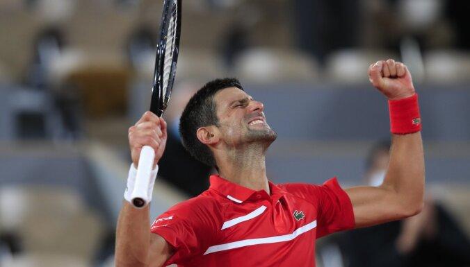 Džokovičs divpadsmito reizi pēc kārtas sasniedz 'French Open' astotdaļfinālu