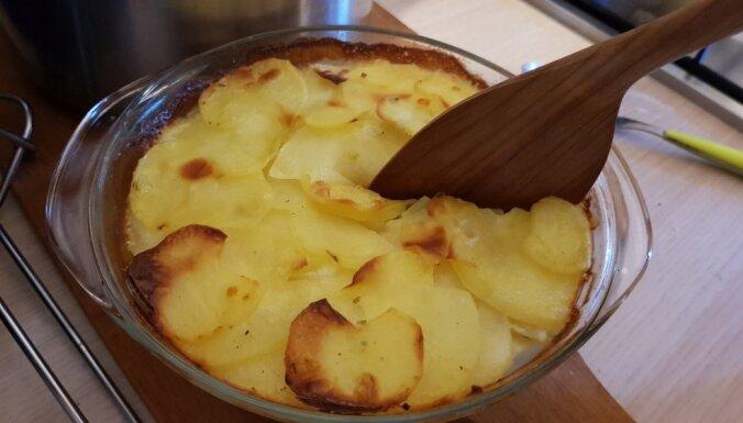 Krāsnī ceptas kartupeļu šķēlītes saldā krējuma mērcē