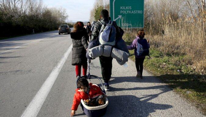 Grieķijā vai migrantu Balkānu maršrutā var izraisīties humānā krīze, brīdina komisārs