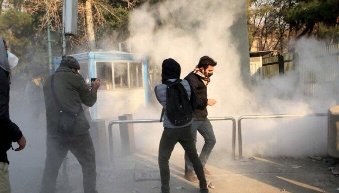 Dzīvību zaudējuši desmit protestētāji, paziņo Irānas valsts televīzija