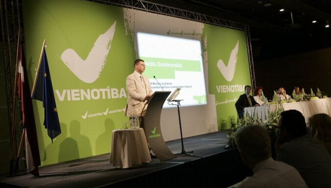Vienotîbas valdes loceklis, Ministru prezidents Valdis Dombrovskis (centrâ) apvienîbas Vienotîba deputâtu kandidâtu kopsapulcç un programmas paziòoðanâ 2010.gada 15.jûlijâ. Foto: Inga Kundziòa/afi