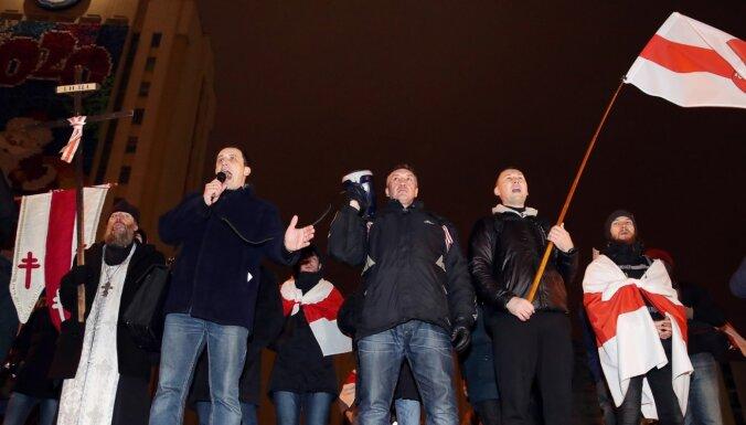 Baltkrievijas protestētājiem piespriesti īsi cietumsodi un naudassodi