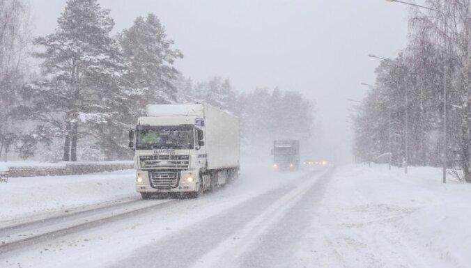 Из-за снега в Риге возникли серьезные транспортные заторы, опаздывают автобусы и троллейбусы