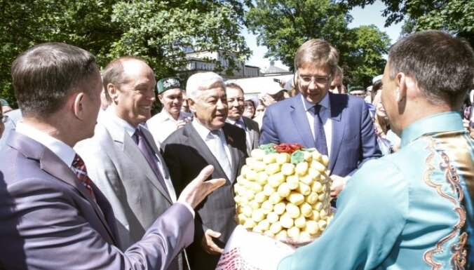 Foto: Ušakovs ar Tatarstānas delegāciju atklāj Pirmo Eiropas Sabantuju