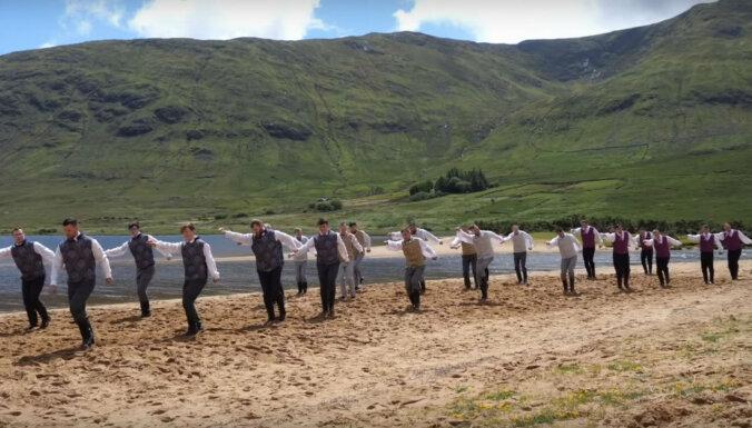 Video: Latvieši ezera krastā Īrijā izdanco 'Es izjāju prūšu zemi'