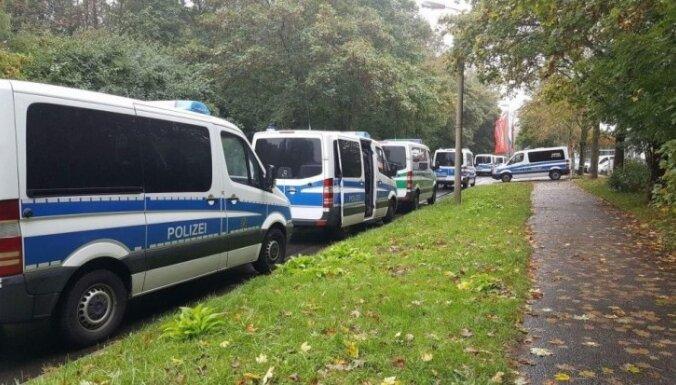 Aizdomu par uzbrukuma gatavošanu dēļ Vācijas pilsētā Kemnicā notiek plaša policijas operācija