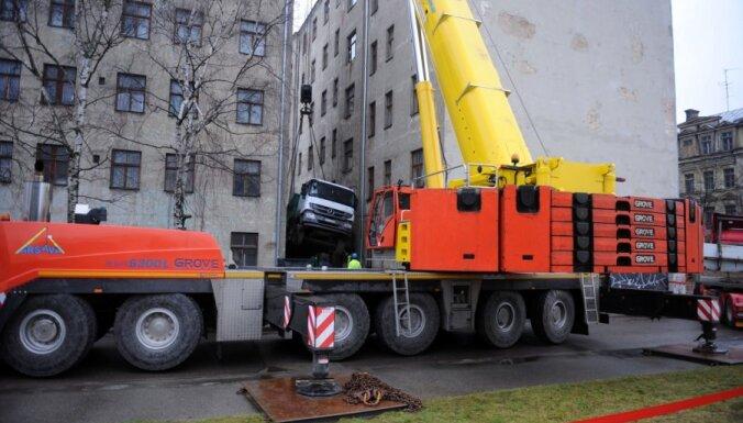 Rīgas nama pagalma iebrauktuvē ielūzusi kravas automašīna