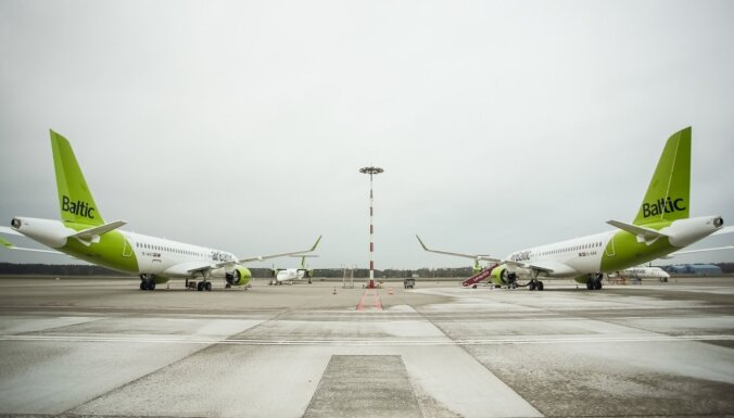 Covid-19: 'airBaltic' ļaus mainīt biļetes pasažieriem ar pozitīviem testa rezultātiem