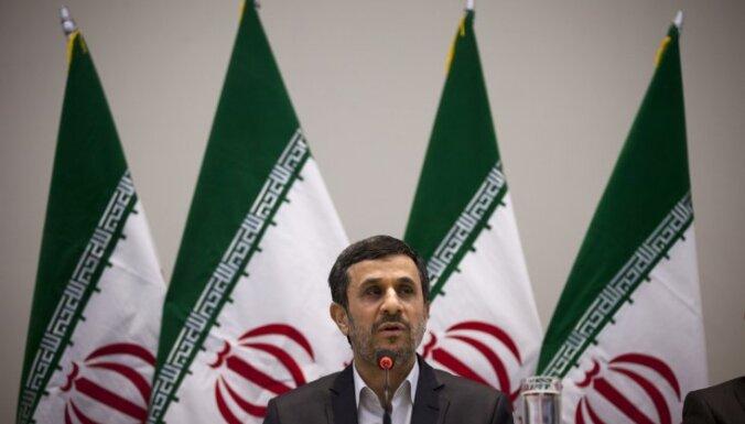 Irānas politiķi apsūdz Ahmadinedžadu mēģinājumā saglabāt varu 'Putina – Medvedeva stilā'