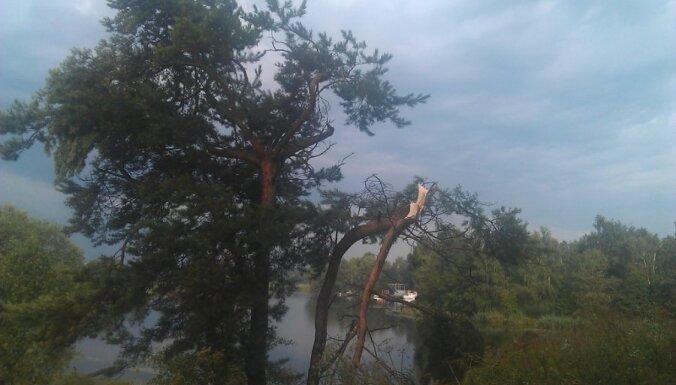 Шквальный ветер и дождь оставили без электричества 2 000 клиентов Latvenergo