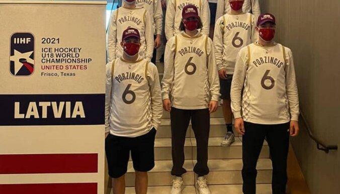 Foto: Porziņģis ar īpašām veltēm uzmundrina Latvijas U-18 izlases hokejistus