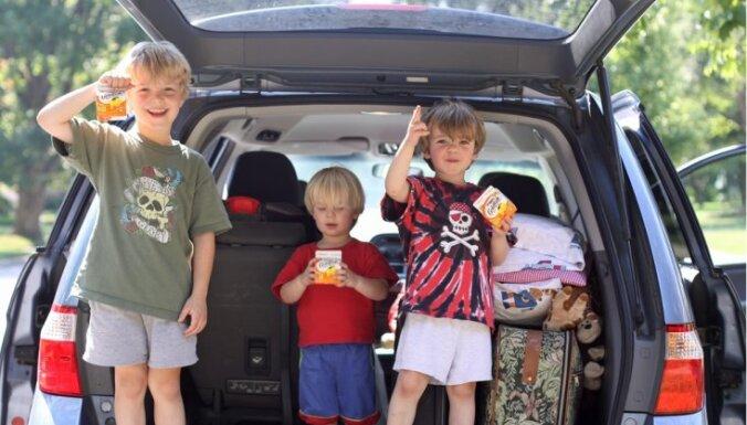Padomi, kā ceļojumu ar automašīnu padarīt bērniem interesantāku