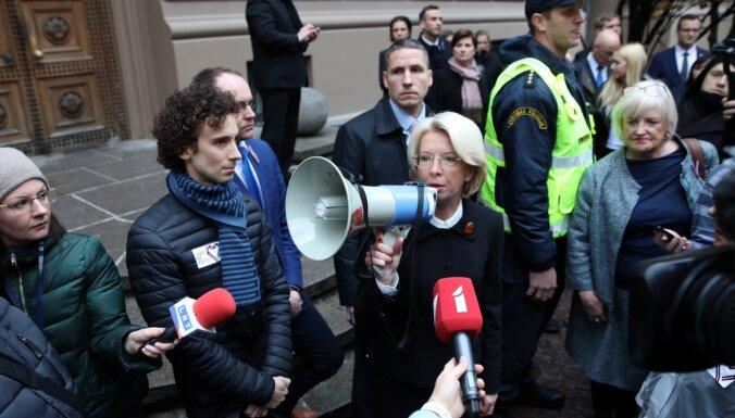Saeimas priekšsēdētāja atvainojas mediķiem; protesta akcija tāpat tiks turpināta