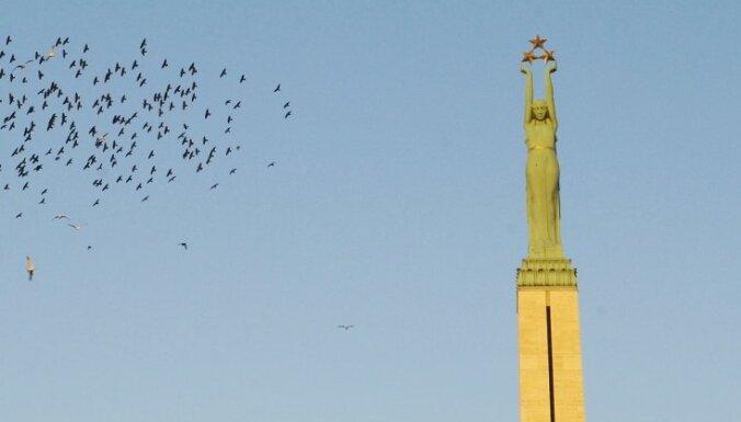 Хулиганить возле памятника Свободы станет дороже: штраф вырос до 700 евро