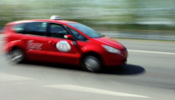 'Taksometru kari' Stacijas laukumā: ''Rīgas taksometru parks' policijā nevērsīsies