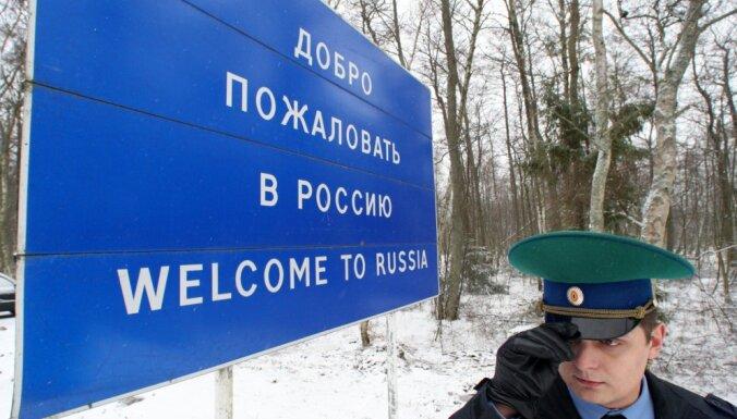 Медведев поручил дать право безвизового въезда в РФ всем негражданам Латвии и Эстонии