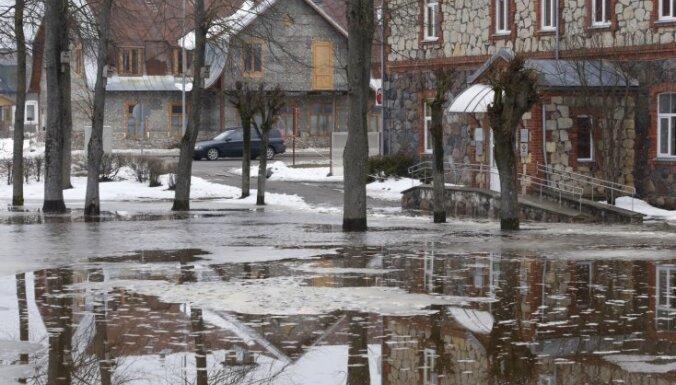 Līdz ar ūdens līmeņa paaugstināšanos Daugavā sāk applūst Pļaviņas