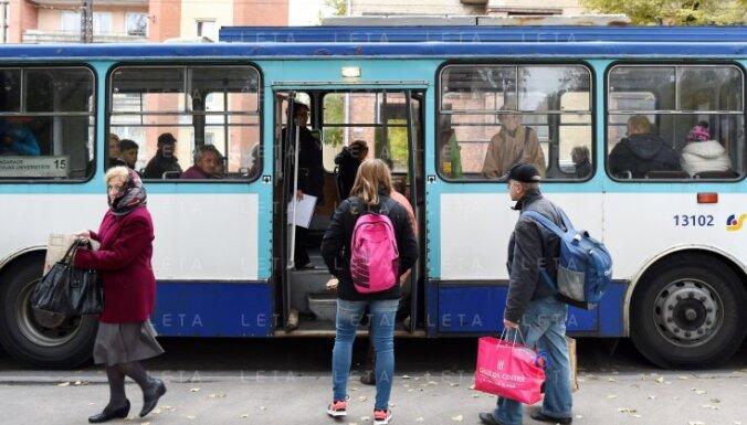 Читатель: Вонючий 15-й троллейбус - Rīgas satiksme бесплатно катает бомжей (+комментарий RS)
