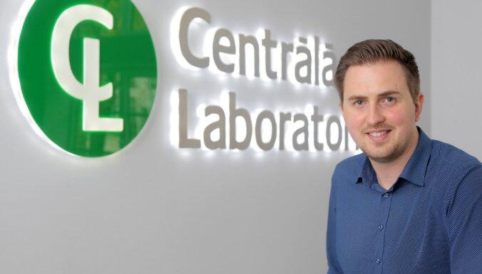 Kāpēc 'Centrālajā laboratorijā' no darba telpas pacientus nošķir vien caurspīdīga stikla siena?