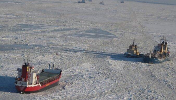 Ledus dēļ kuģi nespēj nokļūt Rīgas ostā; ledlauzis un velkoņi strādā pilnā sparā