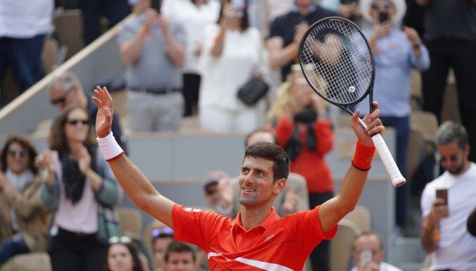 Džokovičs 'French Open' pusfinālā – tenisistam divas uzvaras līdz visiem 'Grand Slam' tituliem vienlaikus