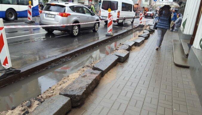 Foto: Kalnciema iela pārvēršas upē; Brīvības ielas remontdarbu rakumi slīkst ūdenī