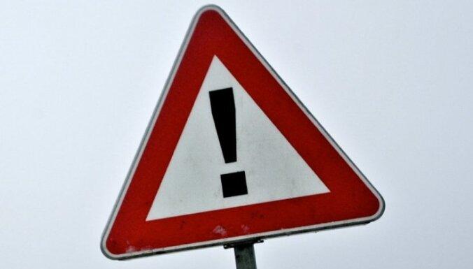Divu auto sadursmē uz Ventspils šosejas bojā gājis vīrietis