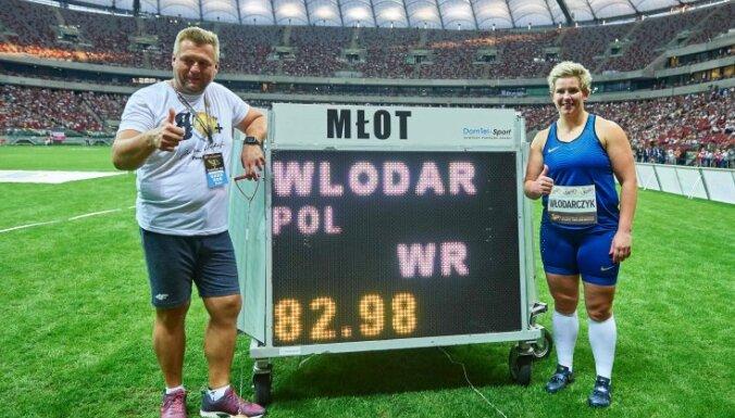 Anita Wlodarczyk celebrates with coach Krzysztof Kliszewski