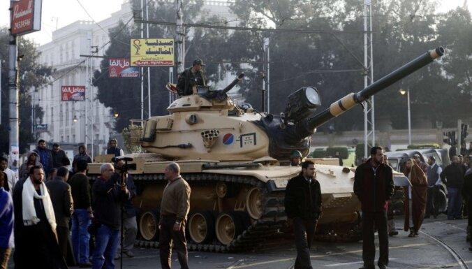 Pie prezidenta pils Kairā izvietoti tanki