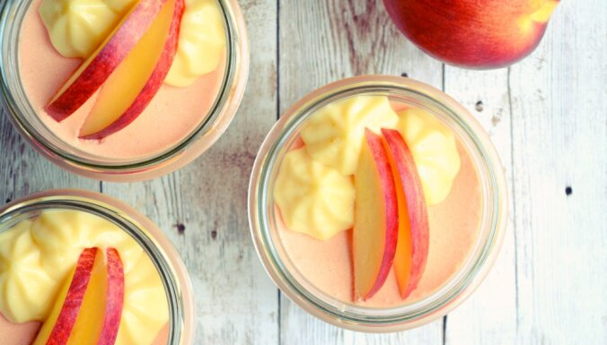 Maigais persiku un vaniļas deserts ar olu krēmu