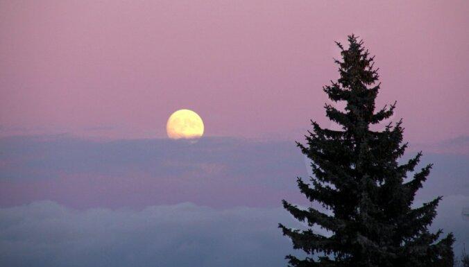 Foto: Milzu Mēness pār Latvijas mazpilsētu Ziemassvētku gaidās