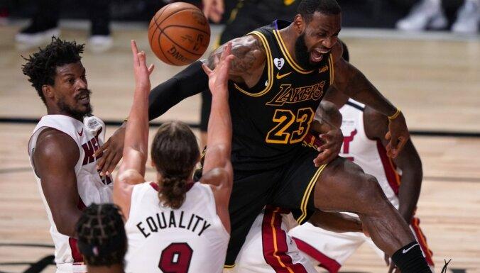 'Lakers' NBA fināla otrajā spēlē uzvar traumu nomocīto 'Heat' un sērijā izvirzās vadībā ar 2-0