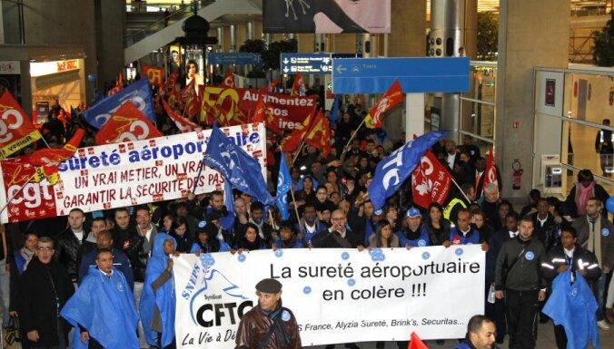 Parīzes Šarla de Golla lidostā streikojošo drošības darbinieku vietā strādās policisti