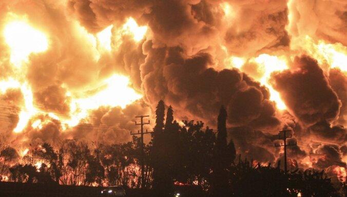Foto: Indonēzijā ugunsgrēka dēļ naftas pārstrādes rūpnīcā evakuē simtiem cilvēku